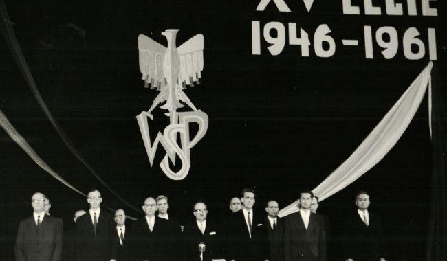 Zdjęcie z obchodów 15 lecia WSP . SENAT PREZYDIUM. Od lewej: doc. dr F. Puchaczewski; dr B. Wolniewicz; prorektor prof. dr L. Bandura; rektor prof. dr A. Bukowski; prorektor prof. dr T. Jasiński; prof. dr E. Cieślak; dziekan prof. dr K. Łomniewski. W drugim rzędzie od lewej: prof.. dr J. Moniak; inż. J. Sułocki; mgr A. Zaczek; prof. dr B. Liberek.